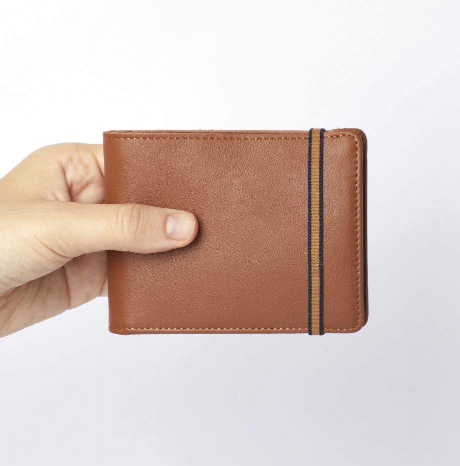 la901-gold-minimalist-wallet-with-coin-pocket-hand-scaled