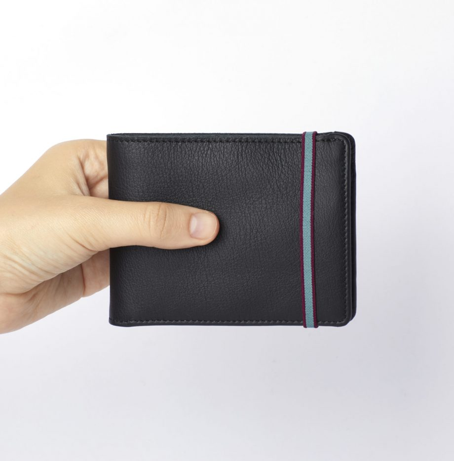 la901-noir-black-minimalist-wallet-with-coin-pocket-hand-scaled