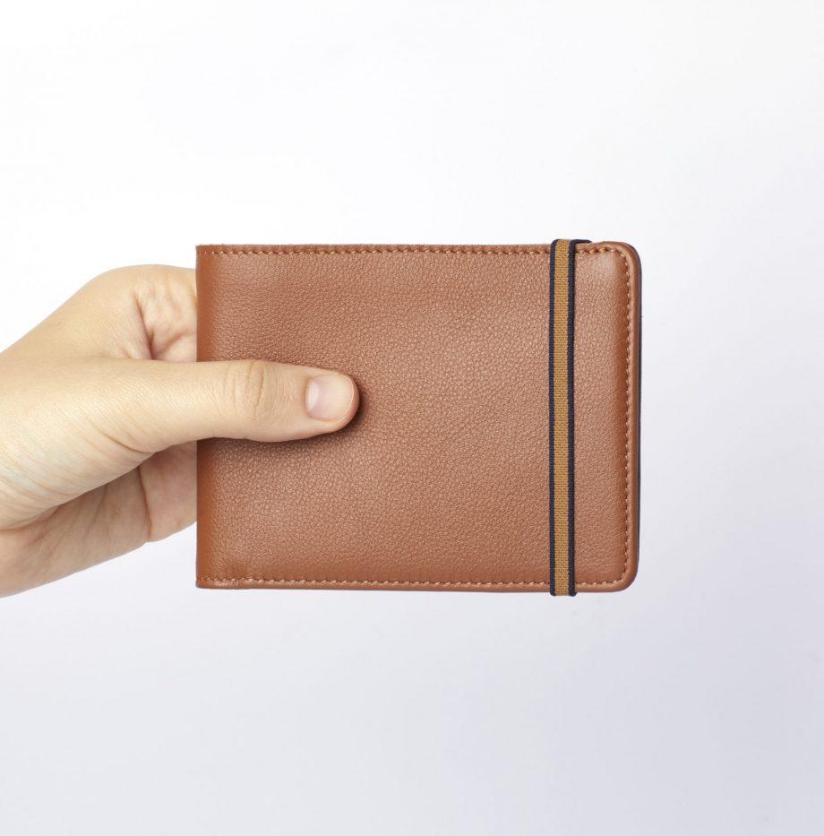 la902-gold-minimalist-wallet-hand-scaled