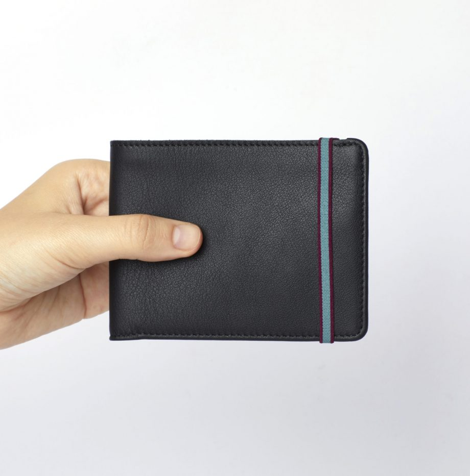 la902-noir-black-minimalist-wallet-hand-scaled